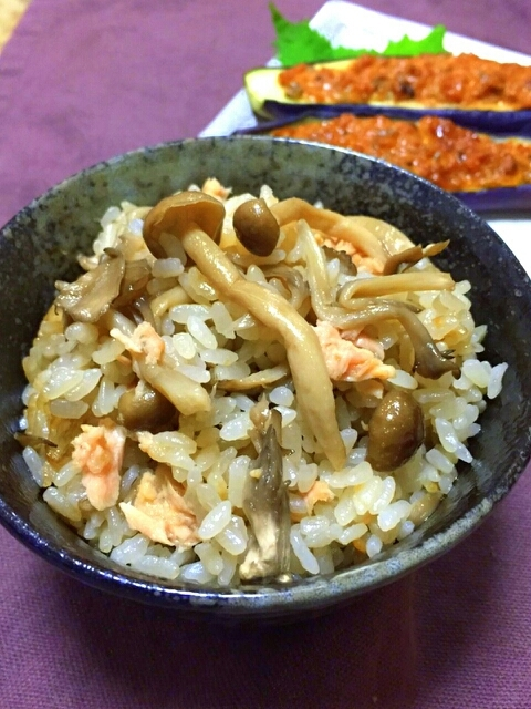 お茶碗に盛られた舞茸しめじツナの炊き込みご飯