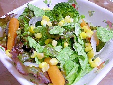 レタスとアボガドチップスのサラダ