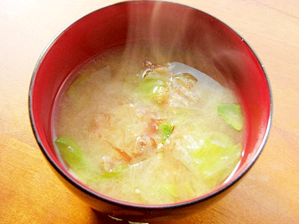 1.  カットレタスOK!おかかとレタスのお味噌汁♪