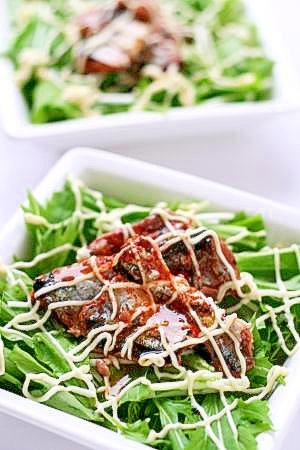 オトコが作るおつまみサラダ(さんま蒲焼缶使用)