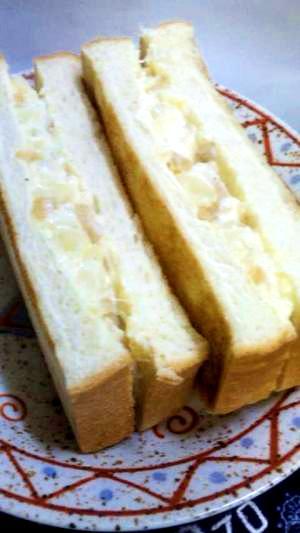 軽食おやつにサラダサンドイッチ