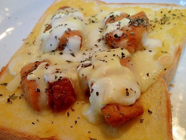 クリームコーンとから揚げのチーズトースト