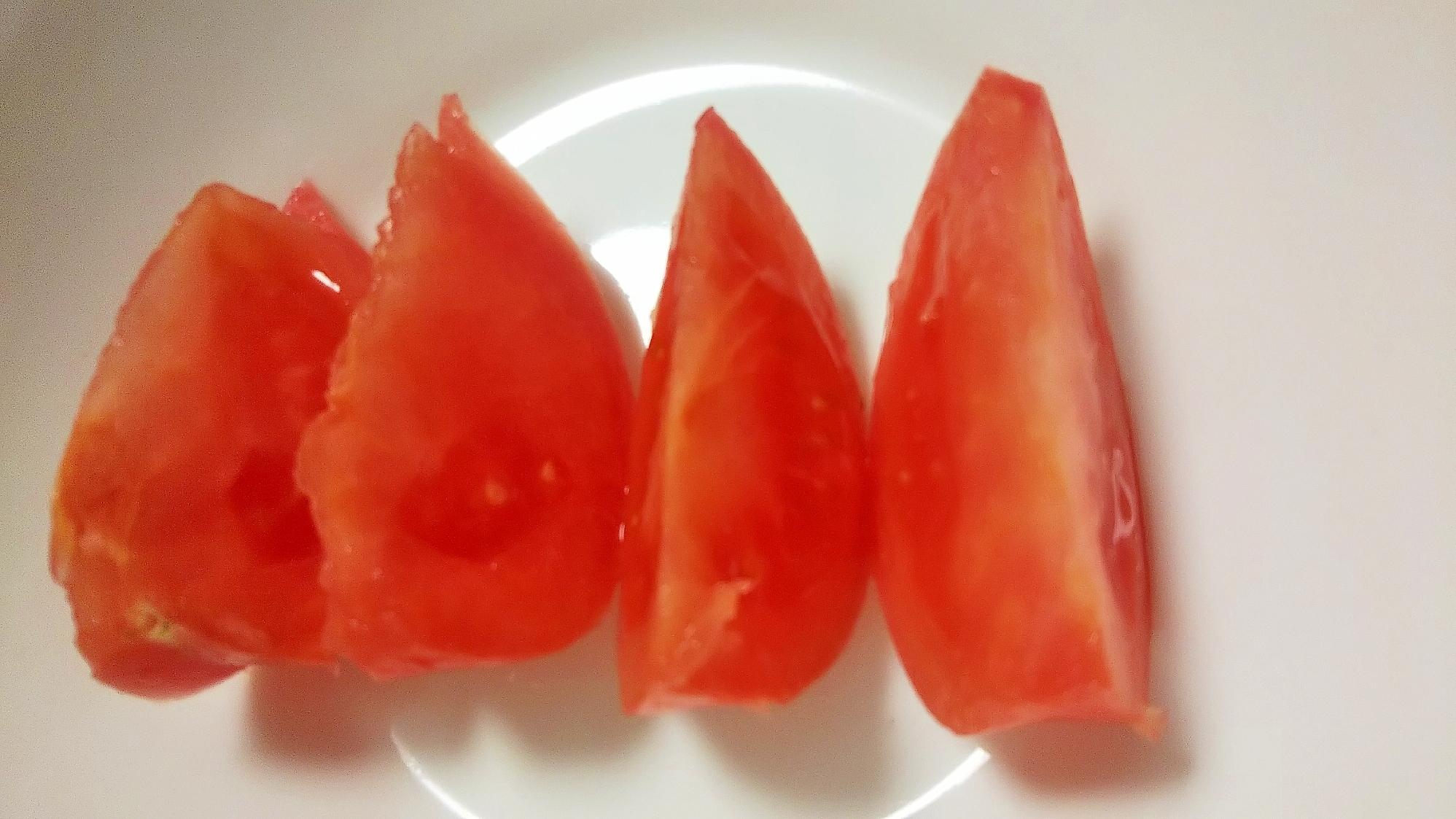 汁が飛ばないトマトの切り方
