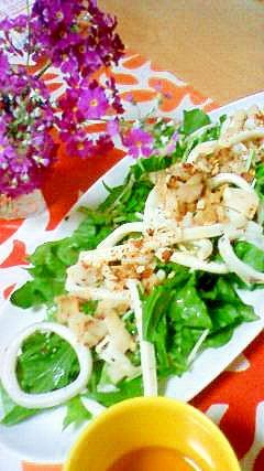 イカとホタテでサラダを食べる。