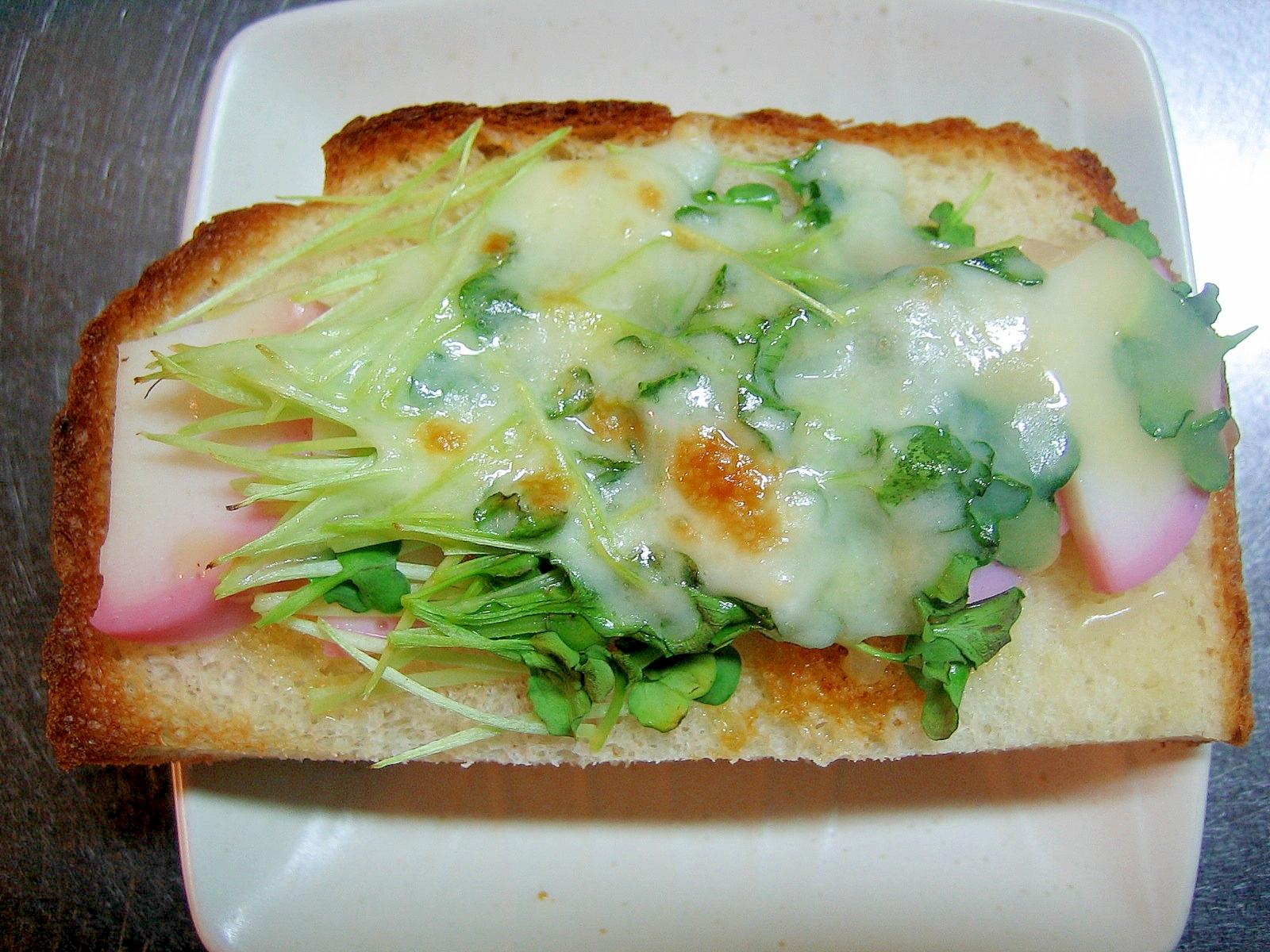 カイワレ大根とかまぼこの醤油チーズトースト