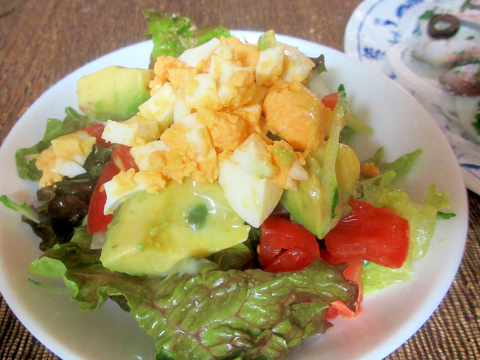 アボカド、トマト、ゆで卵のレタスサラダ