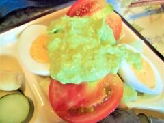 朝食に驚きを与えるアボガドサラダ