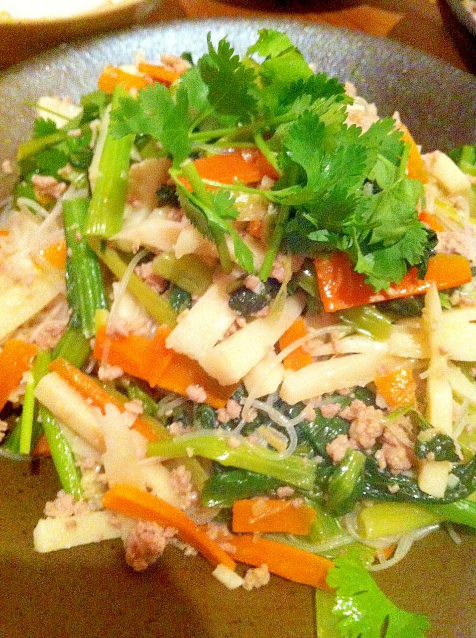 小松菜とたけのこのタイ風焼きビーフン