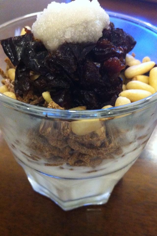 プルーンと松の実のヨーグルトパフェ