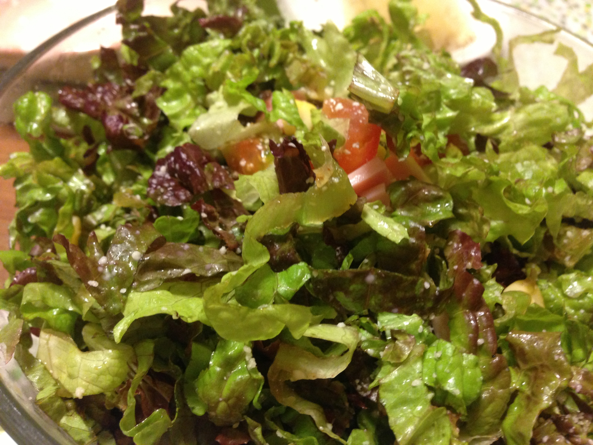 サニーレタスとトマトの粉チーズ入りサラダ