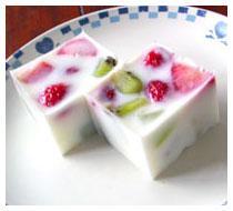 簡単に出来る!苺とキウィフルーツのミルク寒天です。