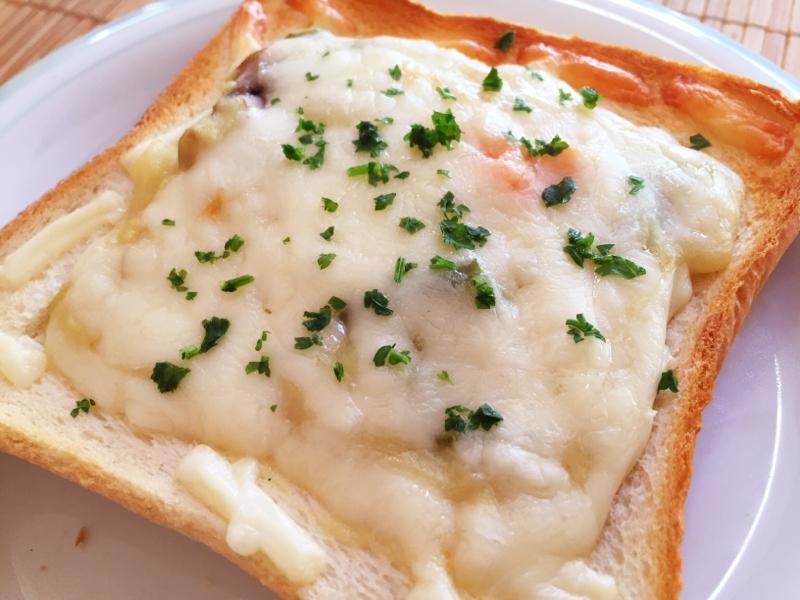 白い皿に盛られたクリームシチューチーズトースト
