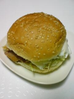 焼き豚と目玉焼きのハンバーガー