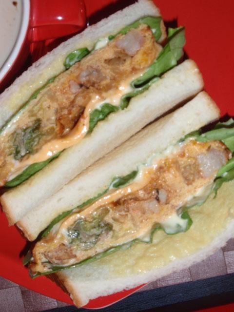 豚肉メイプル胡麻ケチャ風味オムレツのサンドウィッチ