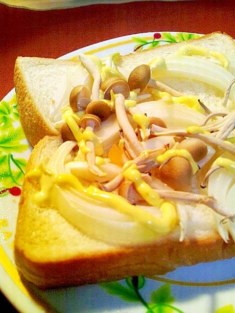 朝食に!しめじと玉ねぎのマヨトースト