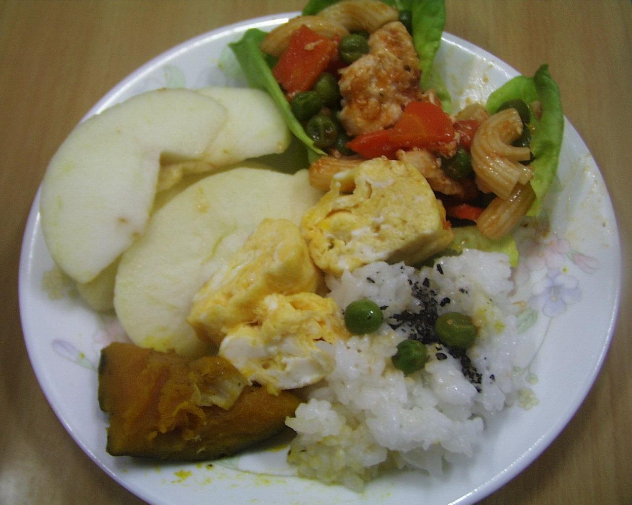 ごはんと、マカロニ、鶏肉、野菜の盛り合わせ