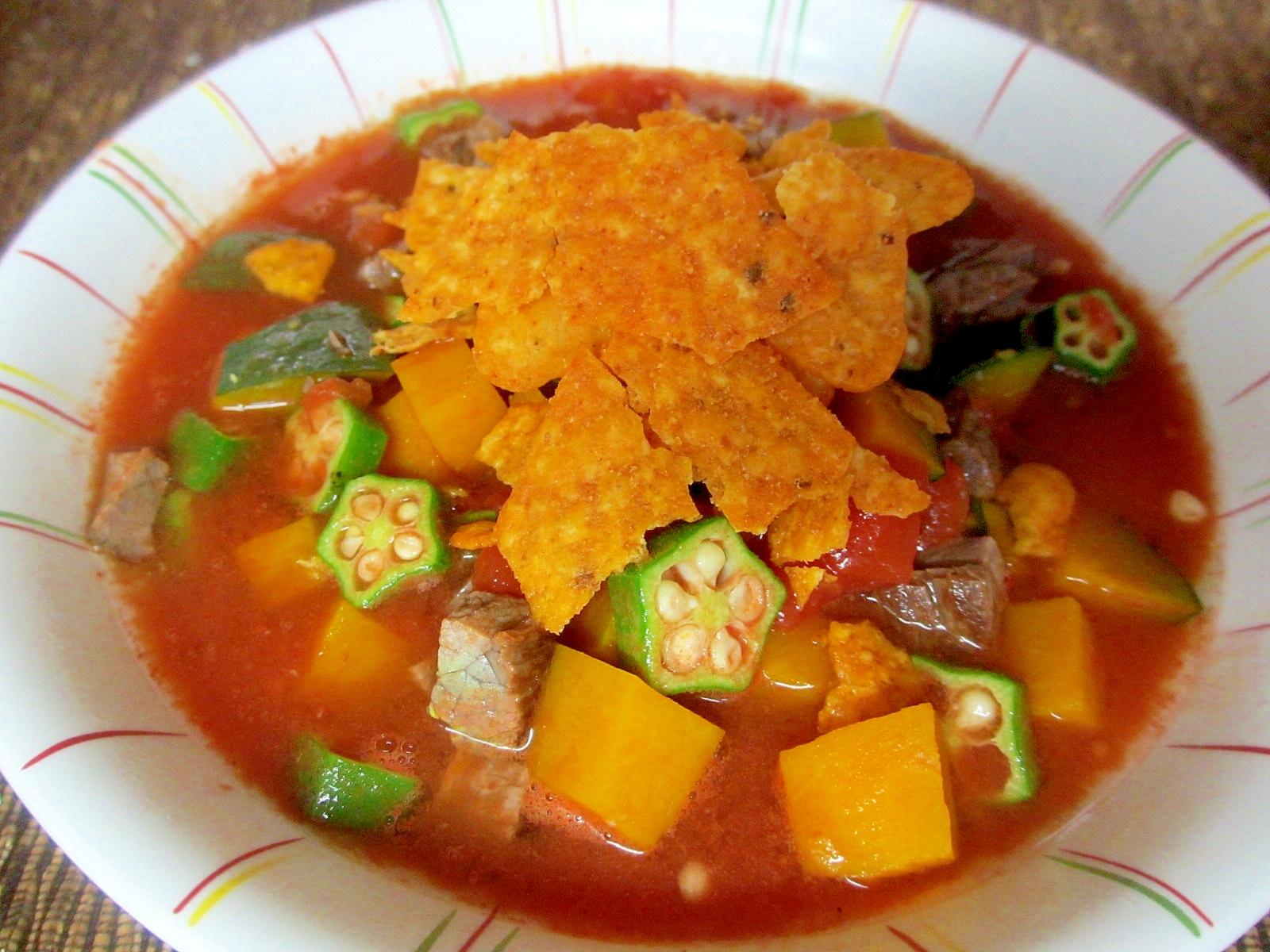 牛肉、オクラ、かぼちゃのトマトスープドリトス