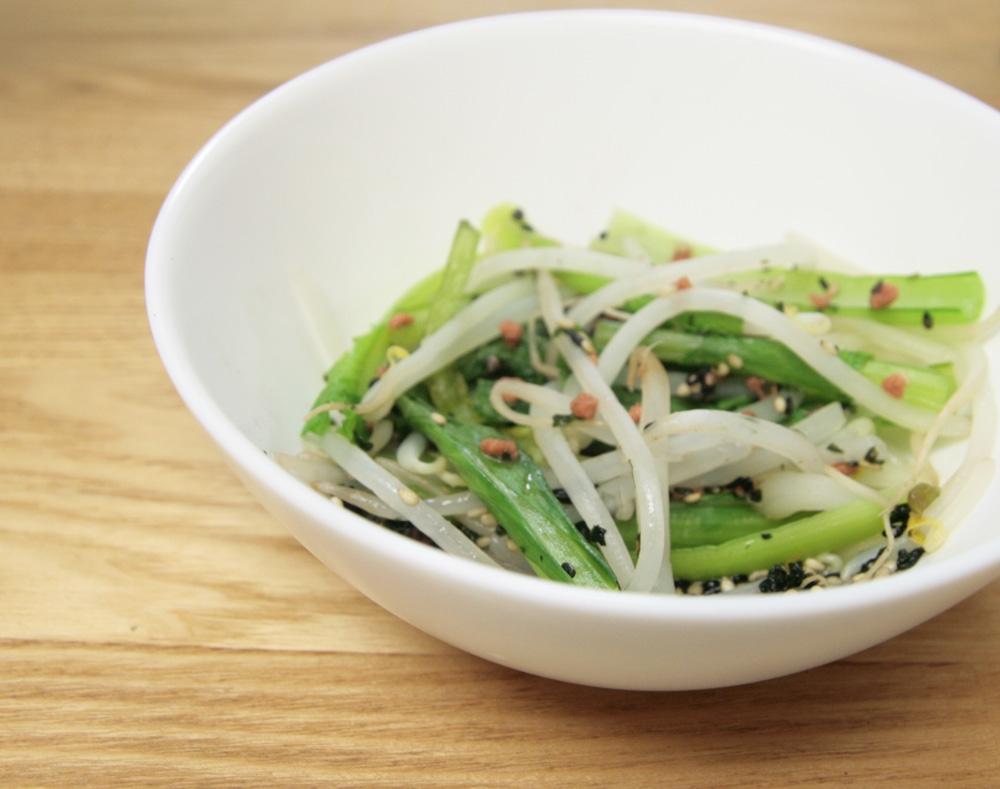 白いお皿に盛られた小松菜ともやしの鮭フレーク和え