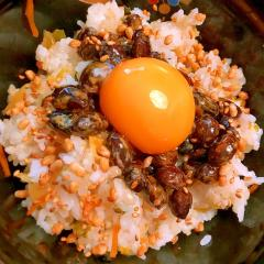 高菜漬けと納豆のごま卵かけごはん