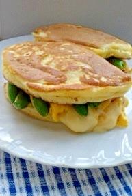 卵とスナップエンドウのパンケーキサンド