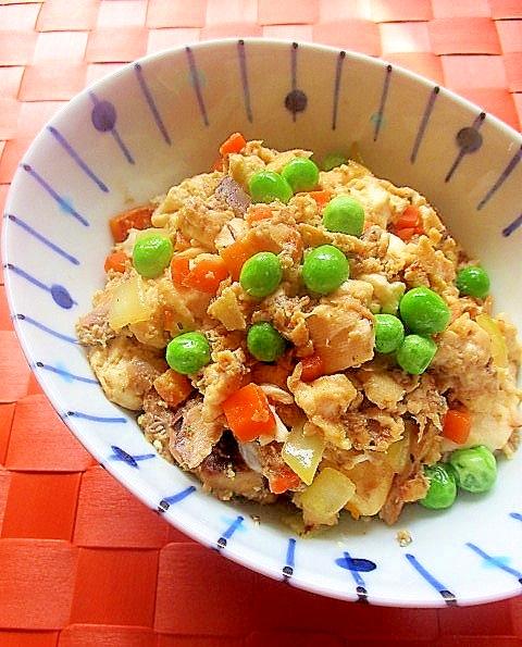 白地に青い柄が入った小皿に盛り付けたさばの水煮缶入り炒り豆腐