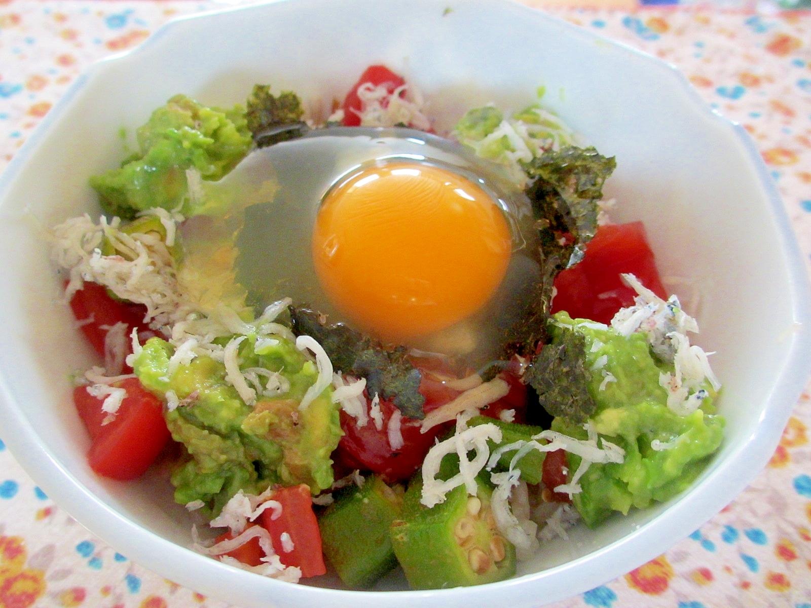 オクラとトマトとアボカドの卵かけご飯