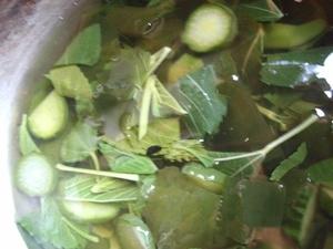 きゅうりとモロヘイヤとわかめのスープ