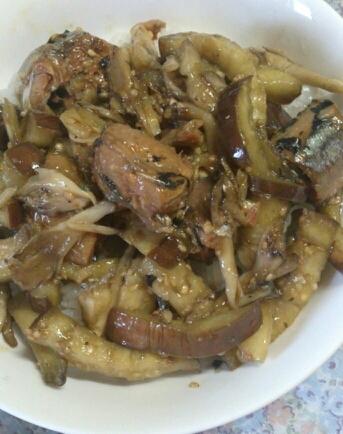 茄子と秋刀魚の醤油煮丼