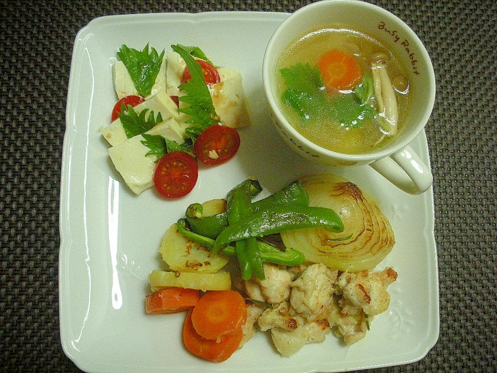野菜たっぷりコンソメスープと鶏ソテーと冷奴プレート