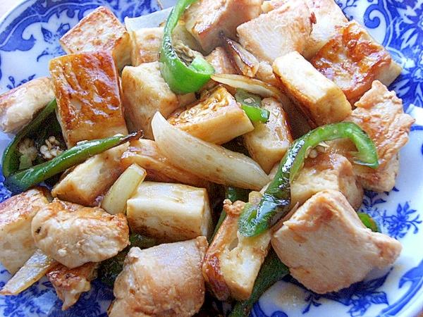 白地に藍色模様の入った皿に盛られた、はんぺんと鶏むね肉の炒め物