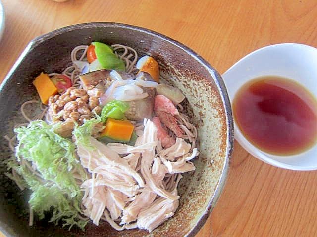 鶏と納豆野菜烏賊刺身蕎麦