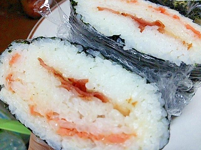 鮭チーズベーコンのサンドおにぎらず