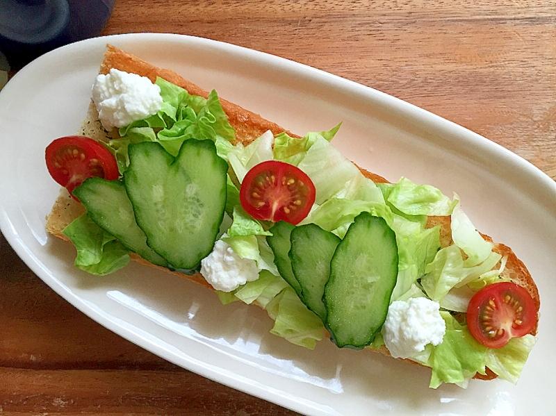 野菜とカッテージチーズのガーリックトースト♪