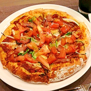 自家製トマトソースで作るピザ