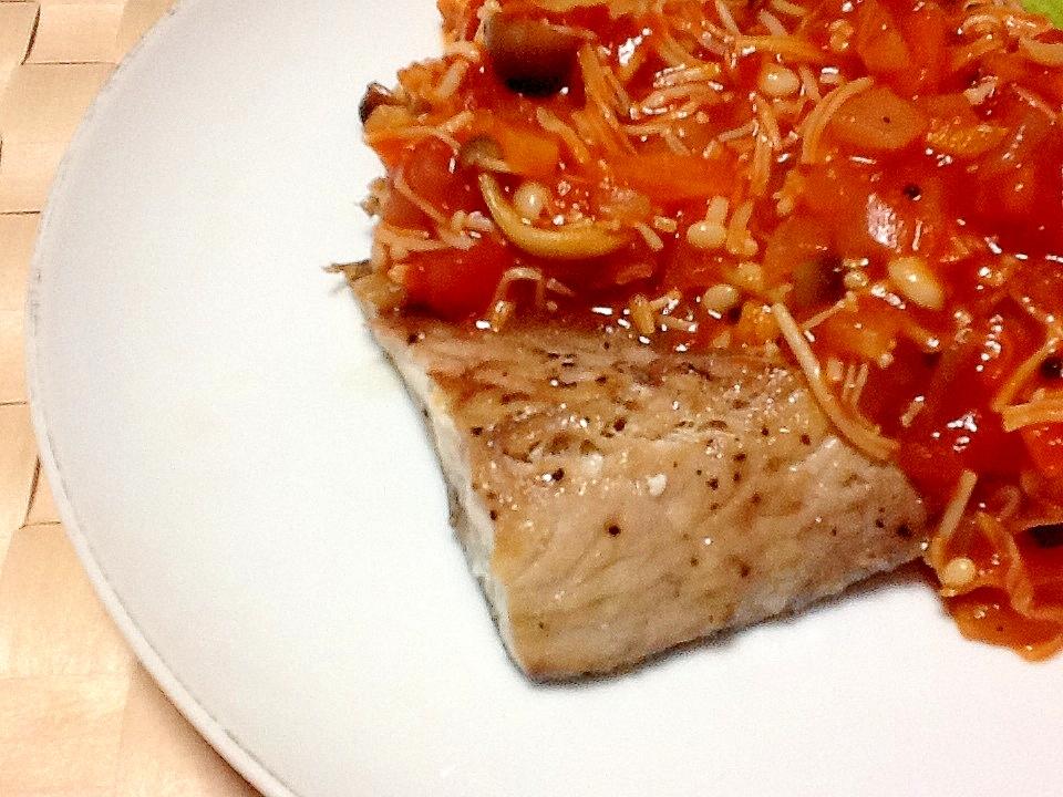 キノコいっぱい♪サバの野菜トマトソースがけ