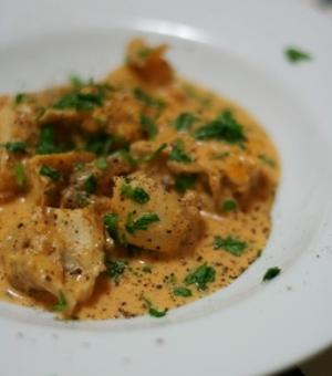 カフェ風な鶏肉のソテー、赤いパプリカのソース