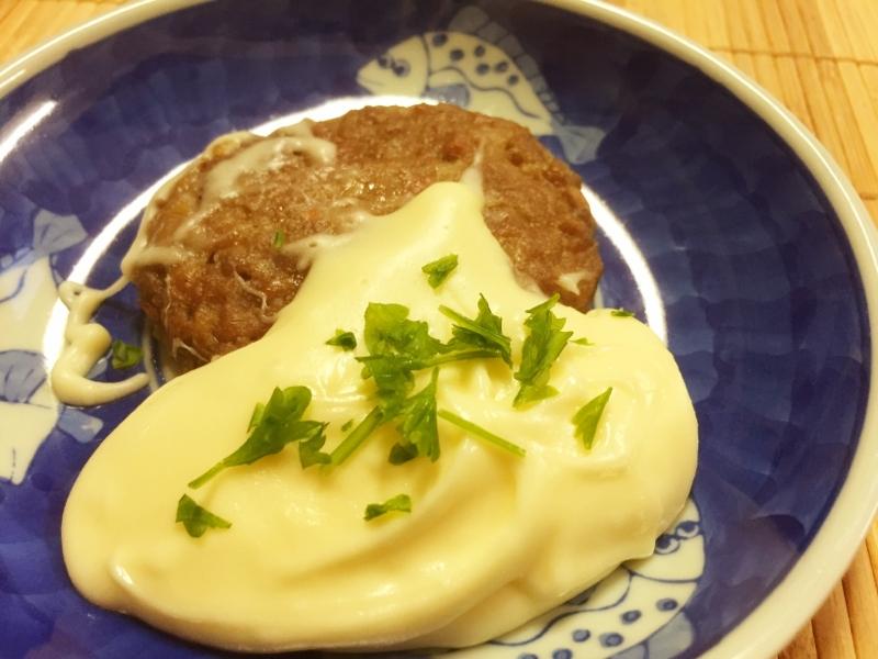 青い皿に盛られたアリゴを使ったチーズフォンデュハンバーグ