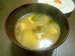 お豆腐とワカメの味噌汁