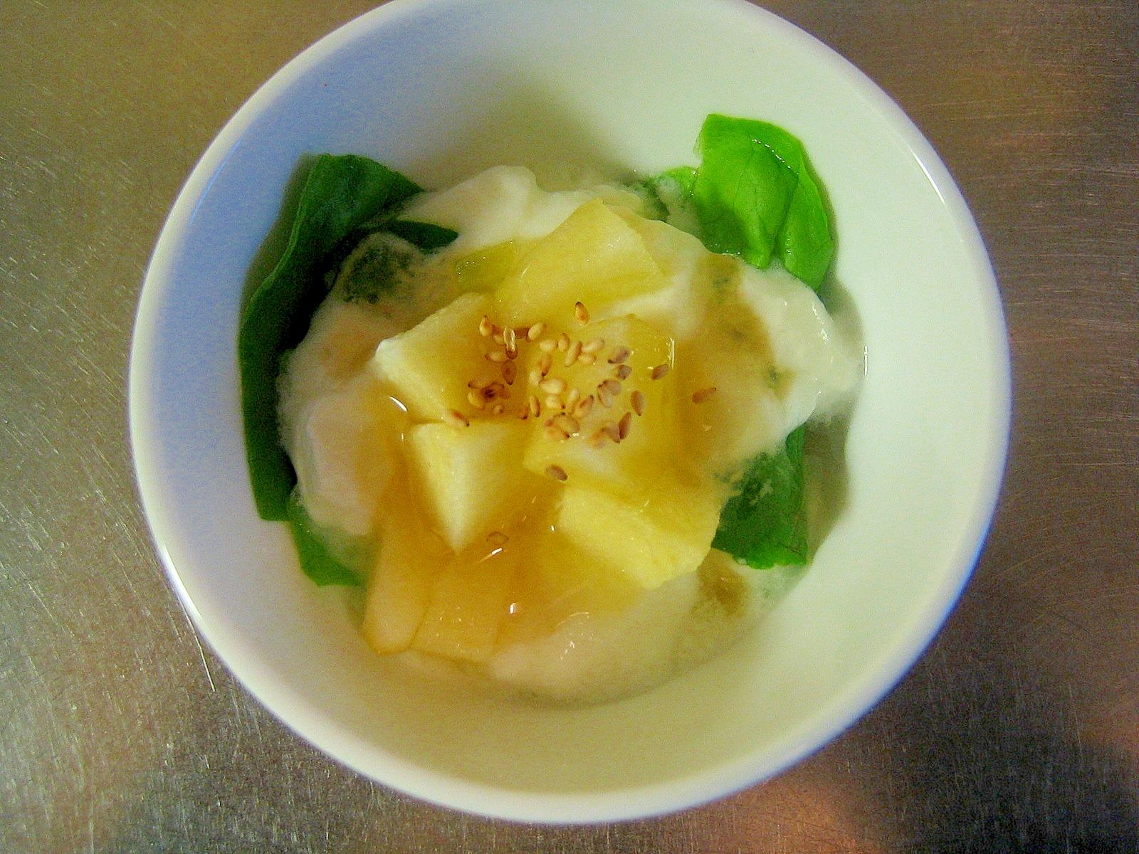 サラダ菜とりんごのはちみつヨーグルト