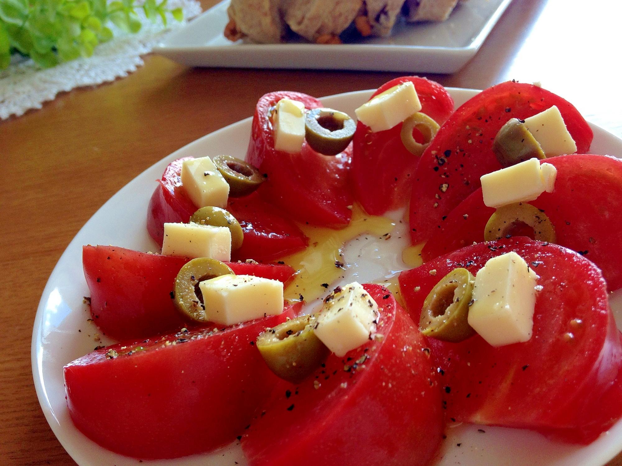 おつまみやタパスに!トマトとオリーブのサラダ