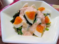 ゆで卵とほうれん草のクリームチーズサーモンソース