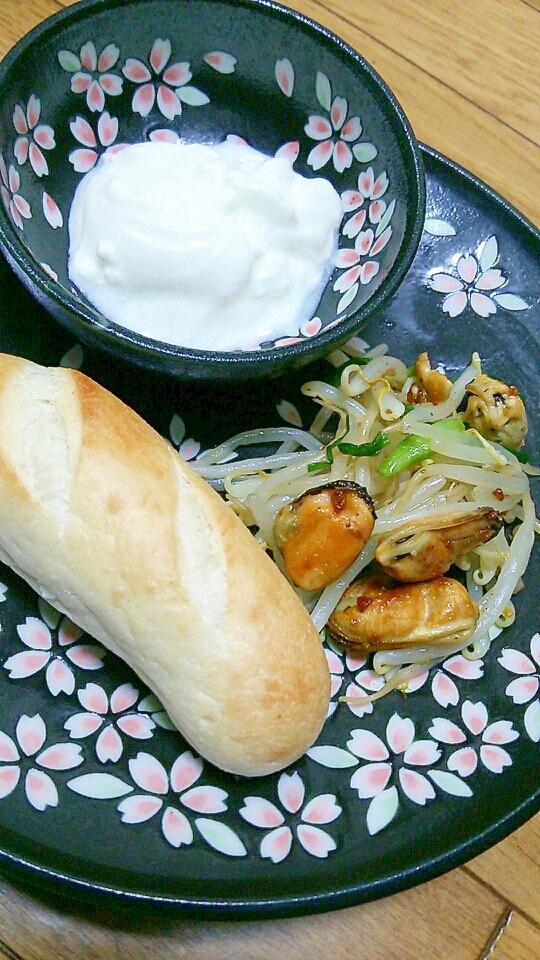 プチパン+ムール貝とモヤシのバターソテー