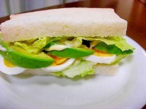 アボカドとゆで卵のサンドイッチ