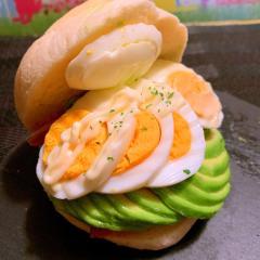 スモークチキンとアボカドと卵のハンバーガー
