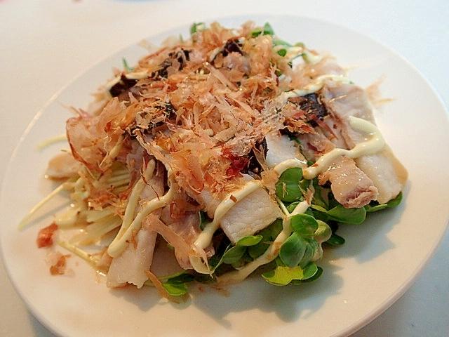 1. かいわれ大根とゆで豚バラ肉の黒にんにくサラダ