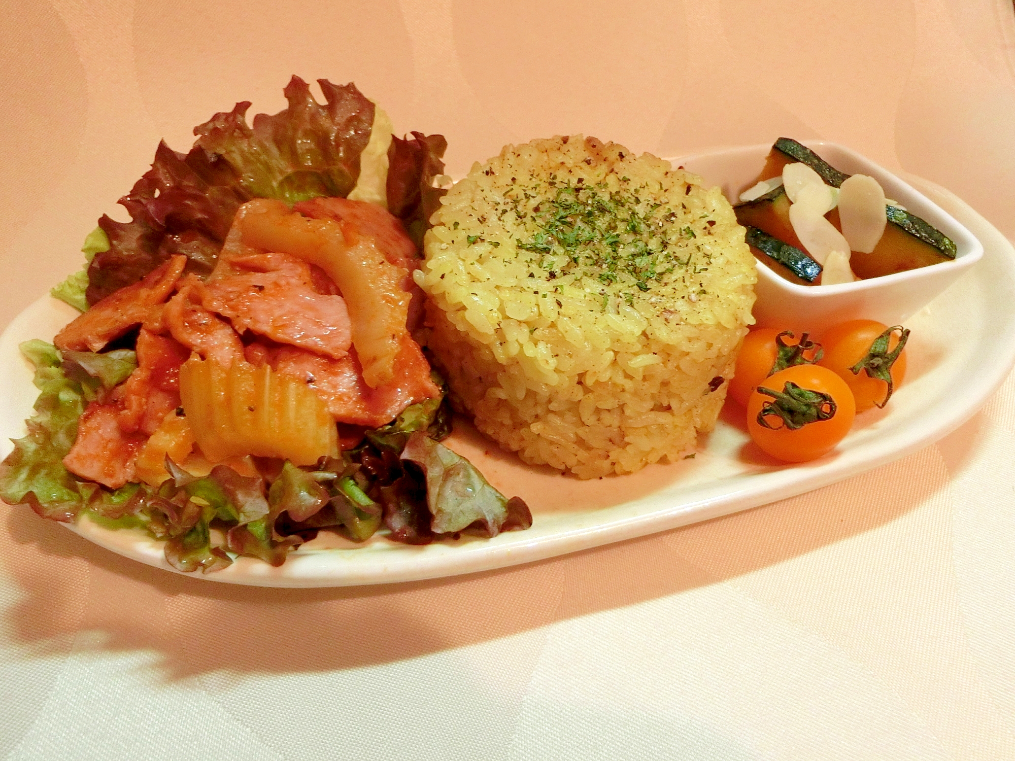 カレー風味の穀米と野菜ベーコン朝食・ランチプレート