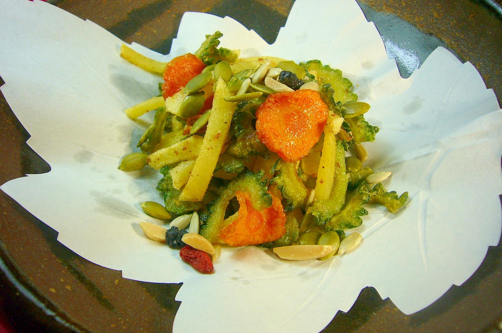 ゴーヤ、ニンジン、ポテトの3色野菜チップス