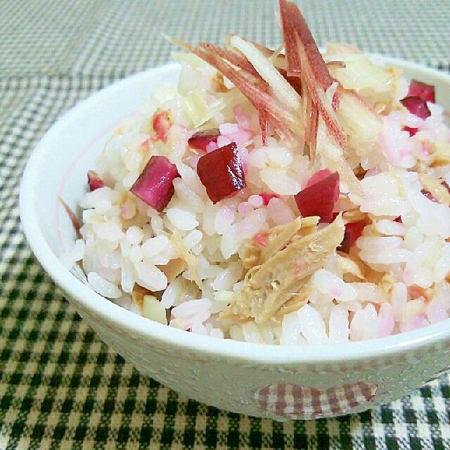お茶碗によそったツナとしば漬けの混ぜご飯