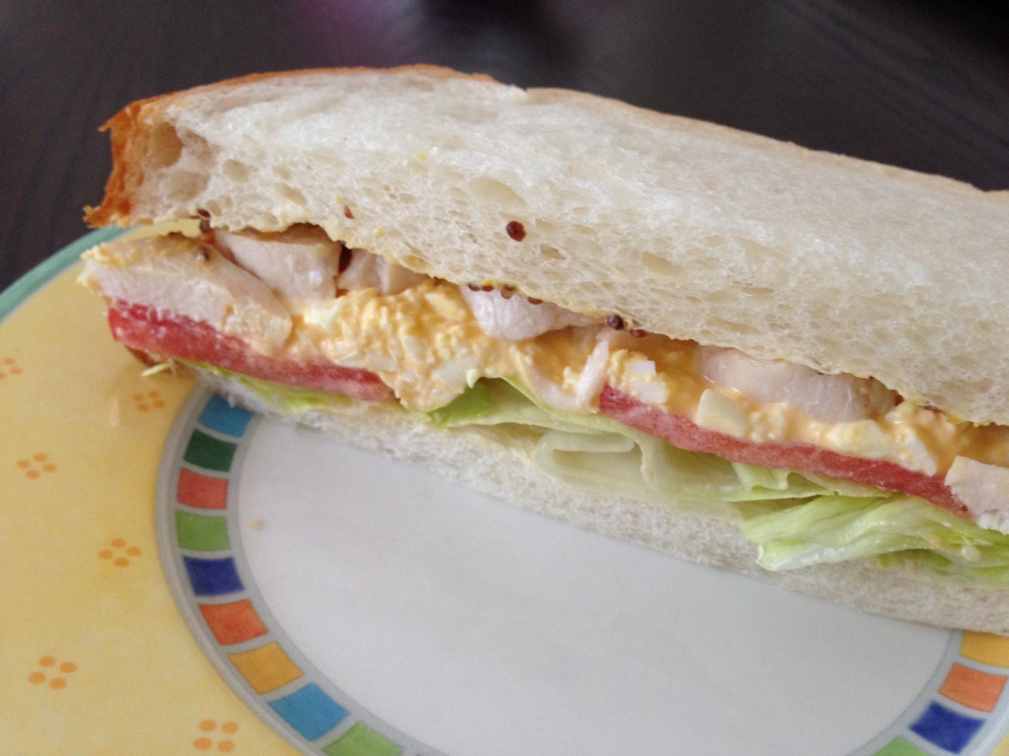 蒸し鶏と卵のサンドイッチ