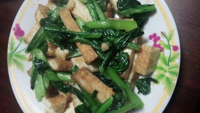 厚揚げと小松菜の塩ニンニク炒め